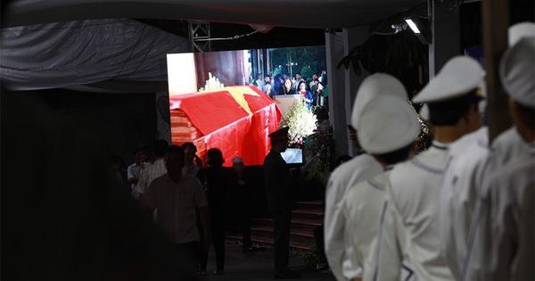 Đông đảo người dân ra đường tiễn cố Thủ tướng Phan Văn Khải