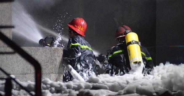 Hoảng loạn, gào khóc giữa đêm trong đám cháy chung cư Carina