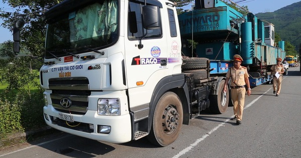 """Xe đầu kéo chở hàng """"siêu khủng"""" bị phạt từ Quảng Ngãi ra đến Huế"""