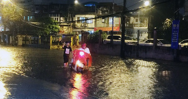 Đường phố Hà Nội ngập nặng sau trận mưa lớn nhất từ đầu năm