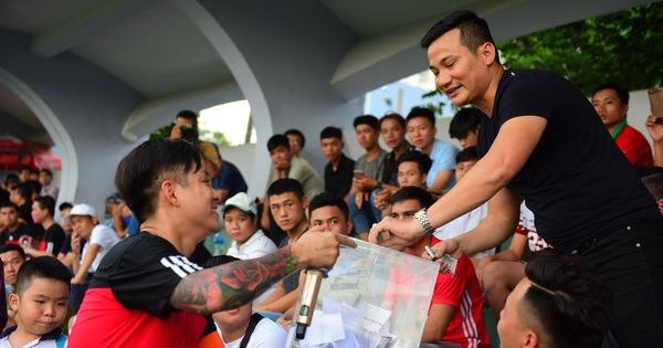 Cầu thủ, ca sĩ đá bóng từ thiện ủng hộ ''hiệp sĩ đường phố''