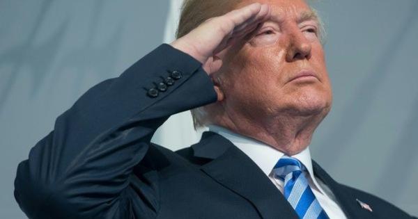 """Chào kiểu nhà binh, Tổng thống Mỹ nhận chỉ trích """"dễ dãi"""" với Triều Tiên"""