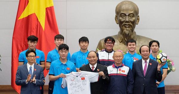 Thủ tướng tặng bóng và áo U23 để đấu giá vì người nghèo