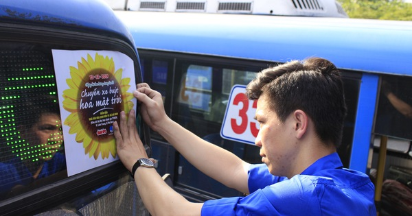 Xe buýt ''Hoa mặt trời'' đón bạn đọc dự Ngày hội hoa hướng dương