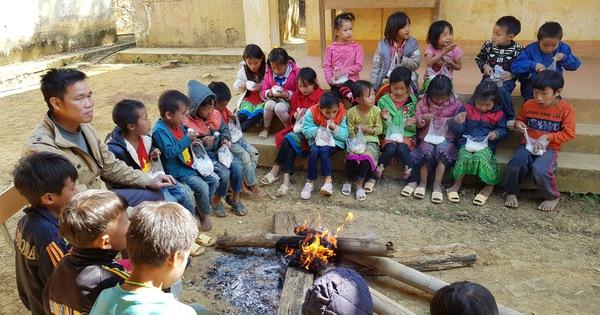 Hình ảnh xúc động: Thầy cô đốt củi sưởi ấm cho trò ở Sơn La