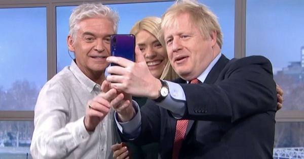 Thủ tướng Anh bị phát hiện dùng điện thoại Huawei trên truyền hình