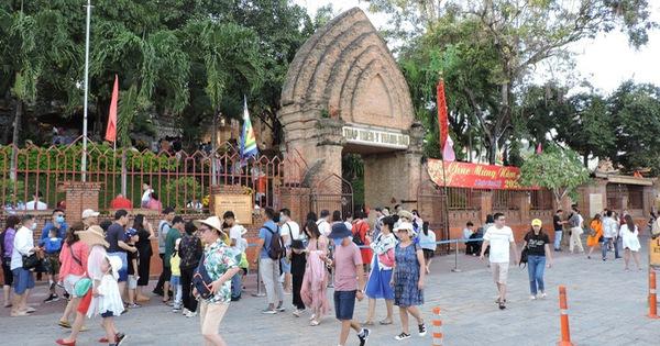 Sợ virus corona, khách Trung Quốc bịt kín khẩu trang ở Khánh Hòa