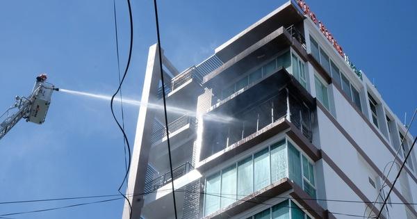 Khách sạn ở Nha Trang bốc cháy giữa trưa