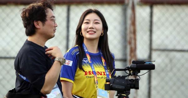 Nữ phóng viên Hàn Quốc xinh đẹp sang Thái Lan cổ vũ thầy trò ông Park