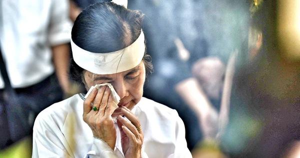 Vợ Nguyễn Chánh Tín đau buồn tiễn đưa chồng về nơi an nghỉ