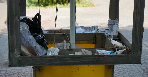 Thiết bị bấm nút đón taxi ở trung tâm quận 1 toàn rác