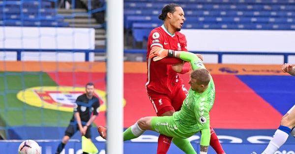 Làm Van Dijk lên bàn mổ, Pickford vẫn thoát án treo giò từ FA