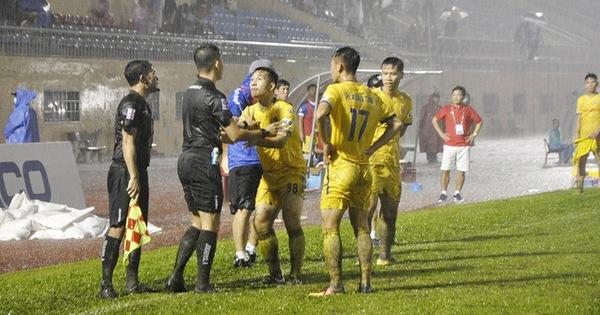 Sai sót của trọng tài ở trận Quảng Nam - Nam Định: Báo cáo cẩu thả của giám sát trọng tài