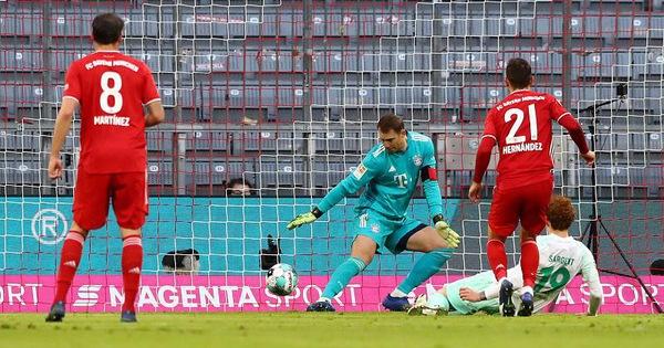 Neuer cứu thua ngoạn mục giúp Bayern giữ lại 1 điểm trên sân nhà