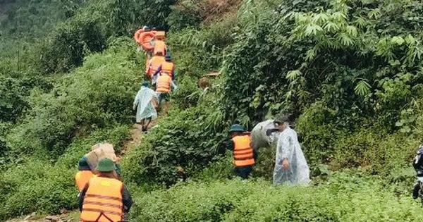 Bộ đội hỗ trợ đưa đoàn du khách mắc kẹt trên núi Tà Giang xuống