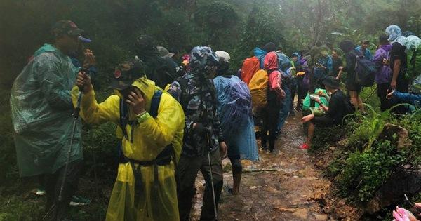 Đoàn du khách bị kẹt trên núi Tà Giang đã xuống núi gặp được người nhà