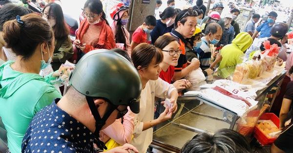 Xếp hàng dài chờ mua bánh mì thanh long 'giải cứu' nông sản Việt