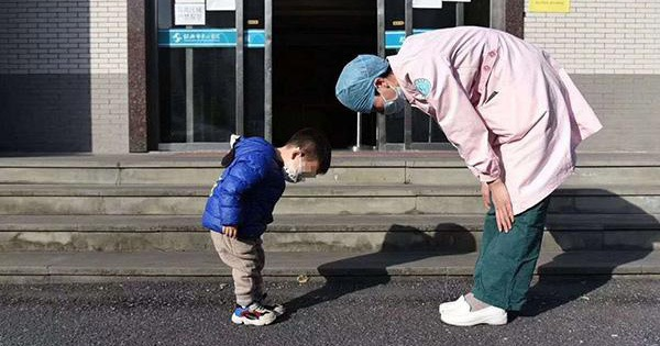 Cậu bé cúi chào cô y tá trước cổng bệnh viện, gọi cô là ''Mẹ y tá''