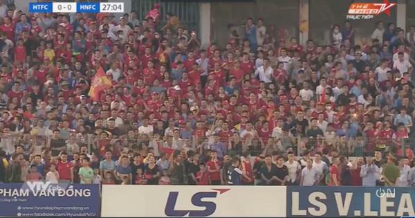 Khán giả tràn vào sân, trận Hà Tĩnh - Hà Nội bị gián đoạn