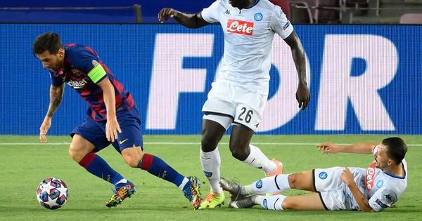 Vấp té, cột giày… bóng đá vẫn là trò chơi trong chân Messi