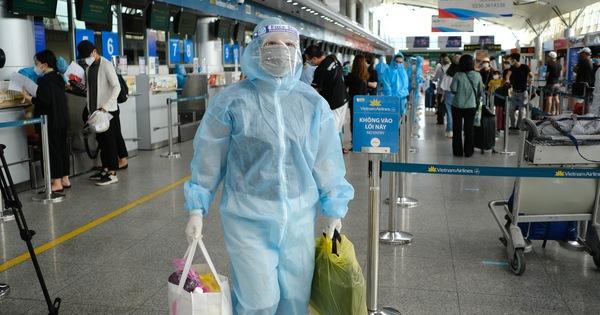 Nhóm du khách Hà Nội đầu tiên rời Đà Nẵng, nhận đặc sản làm quà