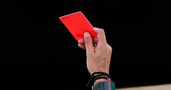Luật mới của FIFA: có thể bị thẻ đỏ nếu... ho nhắm vào đối thủ, trọng tài