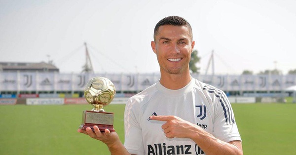 Ronaldo 'khoe' chiến tích 'không tưởng' trên trang Facebook 135,6 triệu người theo dõi