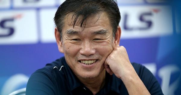 HLV Phan Thanh Hùng: 'Trọng tài cười nhiều hơn sẽ giúp trận đấu bớt căng thẳng'