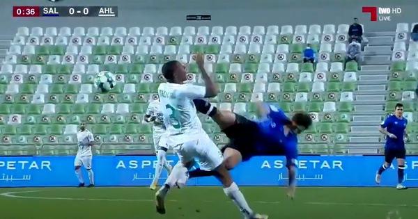 Tiền đạo từng sút tung lưới Việt Nam nhận thẻ đỏ sau 35 giây với 'cú đá kungfu' vào cổ đối thủ