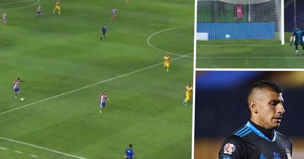 Thủ môn ra khỏi vòng cấm bị hậu vệ đối phương sút bóng từ giữa sân ghi bàn thắng để đời