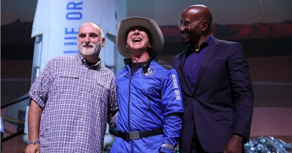 Trở về từ vũ trụ, tỉ phú Jeff Bezos tặng ngay 200 triệu USD