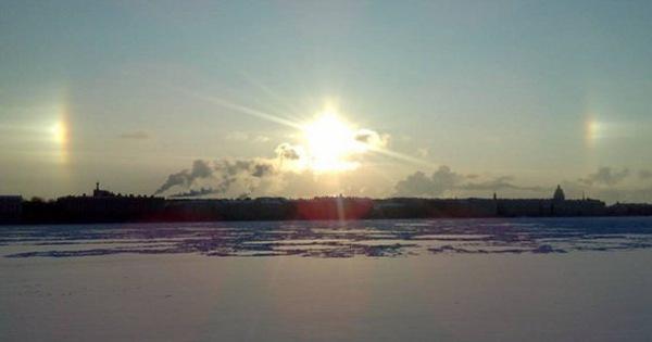 Video: dân St Petersburg choáng váng khi thấy''3 mặt trời cùng mọc''