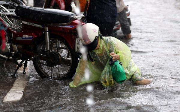 Người Sài Gòn 'tả tơi' trong cơn mưa lớn kéo dài