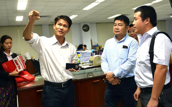 Đoàn nhà báo Lào tham quan báo Tuổi Trẻ