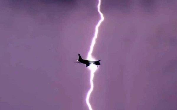 Máy bay bị sét đánh kinh hoàng ở Hà Lan