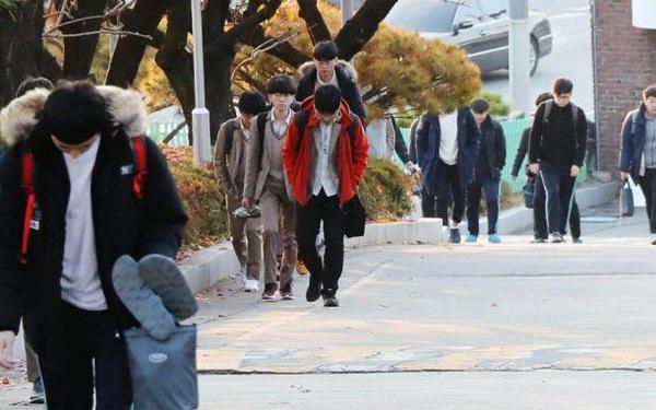 Hoãn thi đại học 1 tuần, thí sinh Hàn Quốc kêu trời