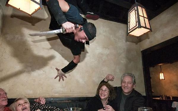 Đi ăn ở nhà hàng kiểu nhà tù, kiểu Ninja, kiểu điệp viên