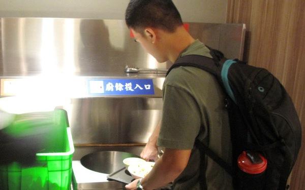Tự dọn chén đĩa ở quán ăn: nước ngoài làm được, còn ta?
