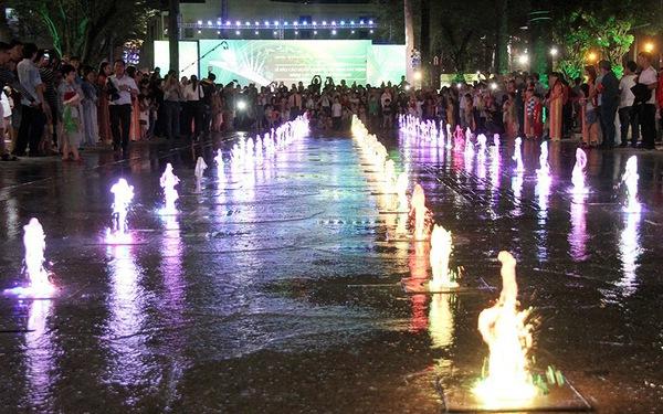 Công viên Văn Lang lung linh trong đêm khánh thành