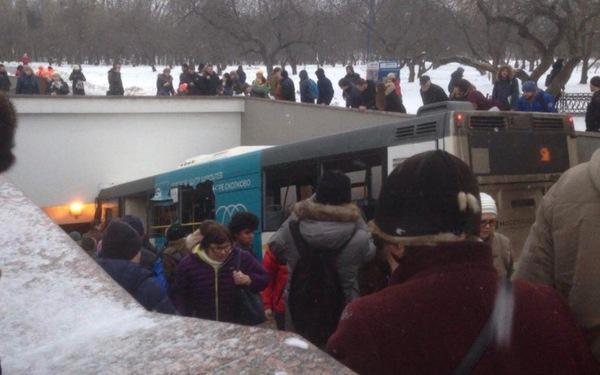 Sốc với cảnh xe buýt lao vào lối đi ở trung tâm Matxcơva