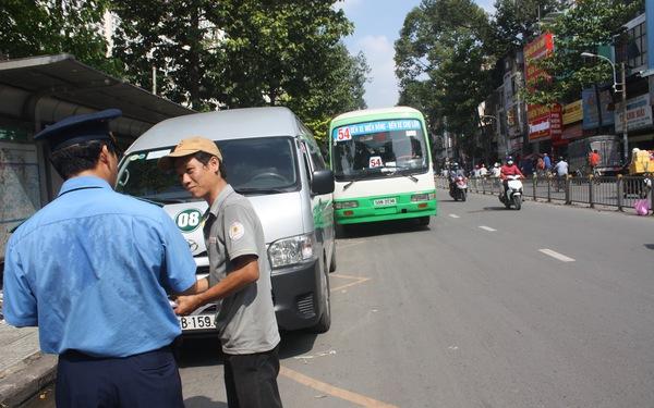 Xe buýt đậu giữa đường vì bị ô tô chiếm trạm