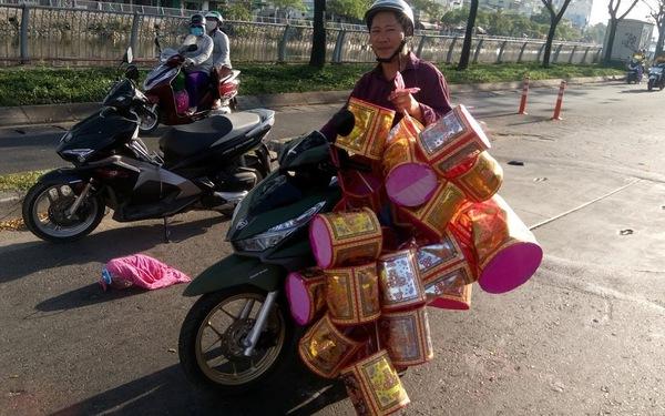 Người Sài Gòn kéo nhau đi mua vàng mã cúng sao, vía Thần Tài