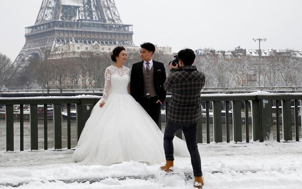 Chụp ảnh cưới nơi tháp Eiffel'khoác' màu tuyết trắng