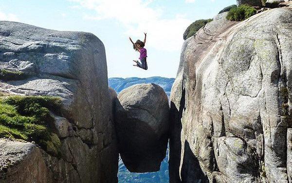 Liều mình tìm cảm giác mạnh trên khối đá giữa khe núi