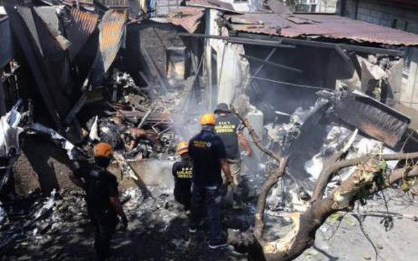 Video hiện trường máy bay Philippines đâm thẳng xuống nhà dân
