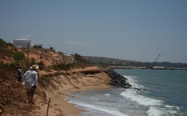 Bình Thuận: Biển 'ngoạm' gần hết đường ven biển