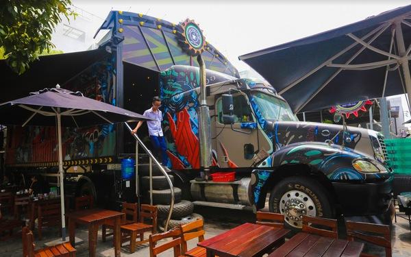 Quán cà phê trong xe container còn hạn đăng kiểm có một không hai tại Sài Gòn