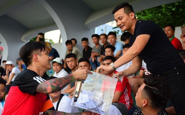 Cầu thủ, ca sĩ đá bóng từ thiện ủng hộ 'hiệp sĩ đường phố'
