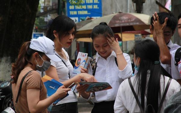 Tư vấn, tờ rơi du học bủa vây điểm thi THPT ở Miền Trung