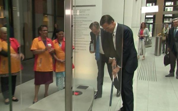 Thủ tướng Hà Lan gây sốt khi tự lau cà phê đổ trên sảnh tòa nhà quốc hội